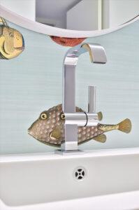 Fuchs Bad, Aqua Cultura Referenz, barrierefreies Bad, Wandtapete, Spiegel rund, Armaturen Detail
