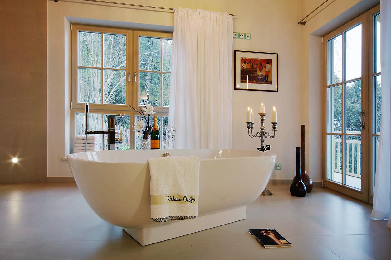 Boddenberg, Aqua Cultura Referenz, Dachbad, Waschtisch, Holzdecke, Fenster