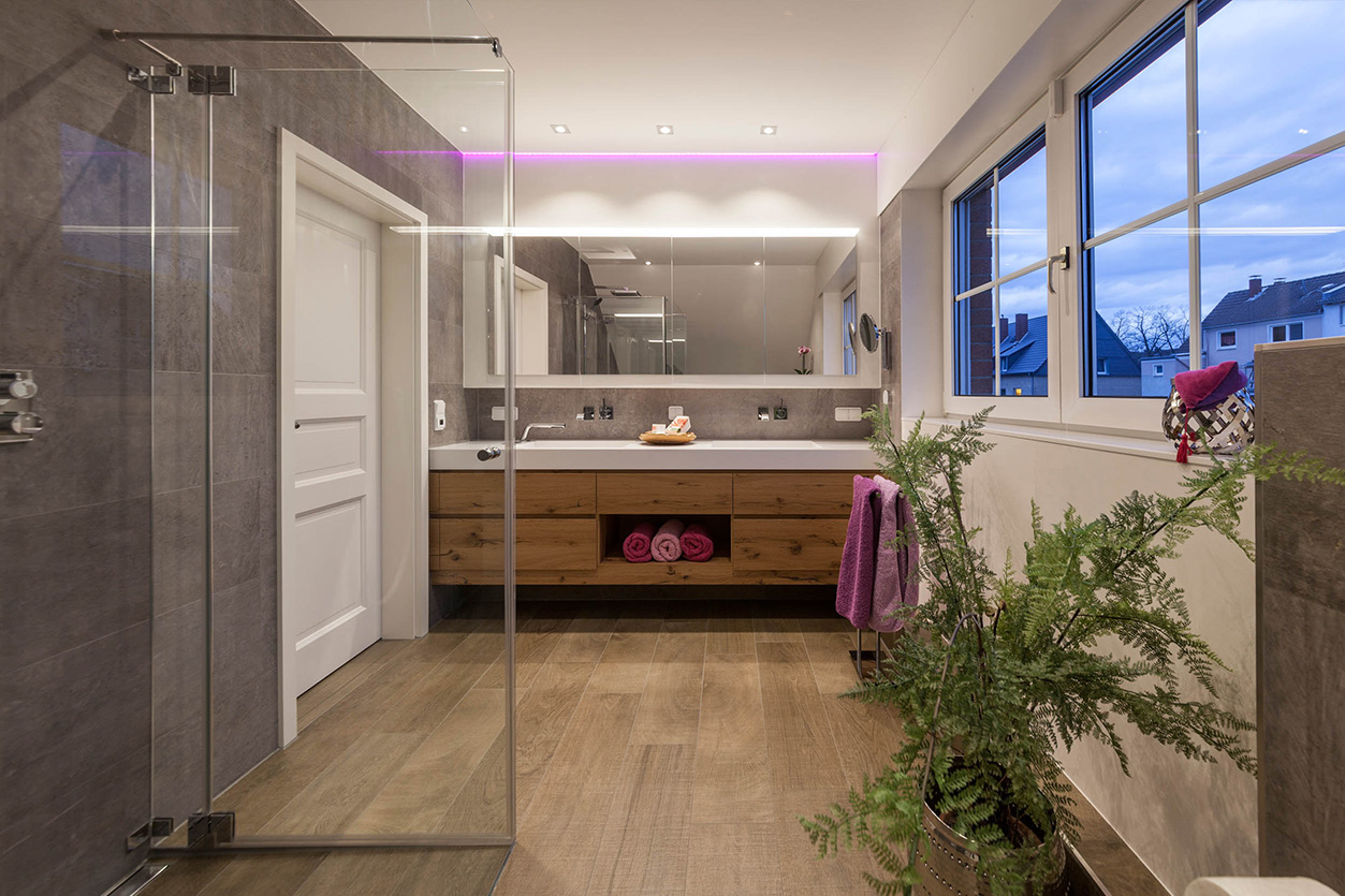 Boddenberg, Aqua Cultura Referenz, Dachbad, Waschplatz mit beleuchtetem Spiegel, Farbwechsel