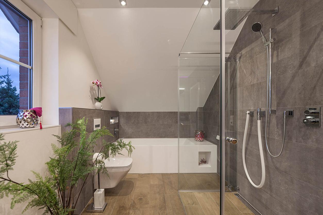 Boddenberg, Aqua Cultura Referenz, Dachbad, Waschplatz Wanne und Dusche mit Kneippschlauch
