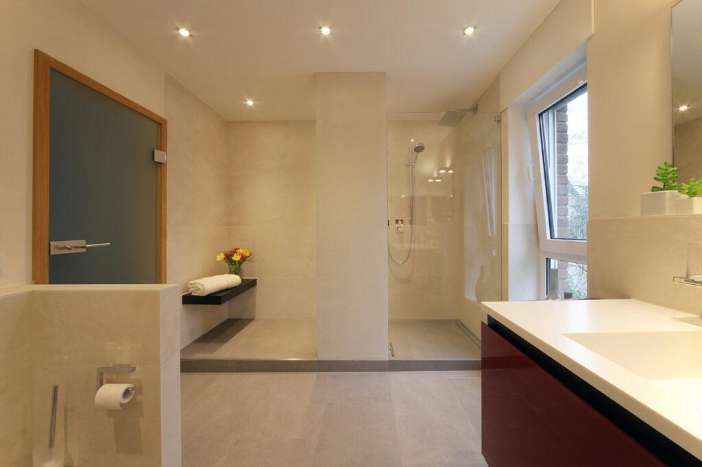 Boddenberg, Aqua Cultura Referenz, Dachbad, Vorwandmodul, rot lackiertes Glas, Dusche, Fenster nach außen