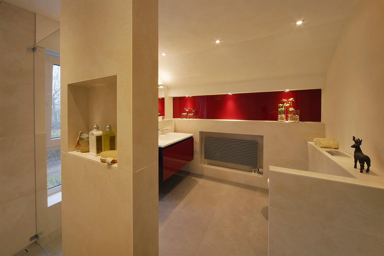 Boddenberg, Aqua Cultura Referenz, Dachbad, Vorwandmodul, rot lackiertes Glas, Duschnische