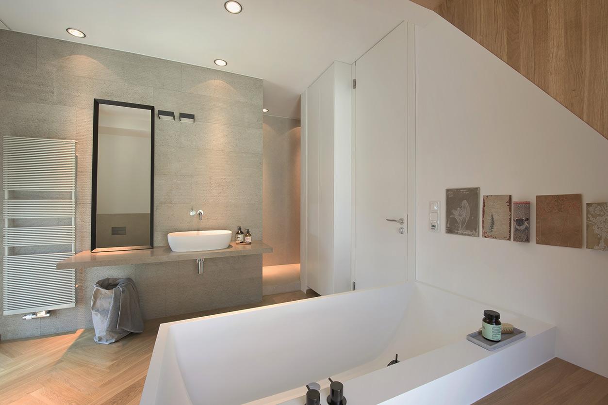 Dreyer Bad, Aqua Cultura Referenz, Dachbad, Waschtisch Holz, Holz im Bad, Dachschräge, Raumansicht