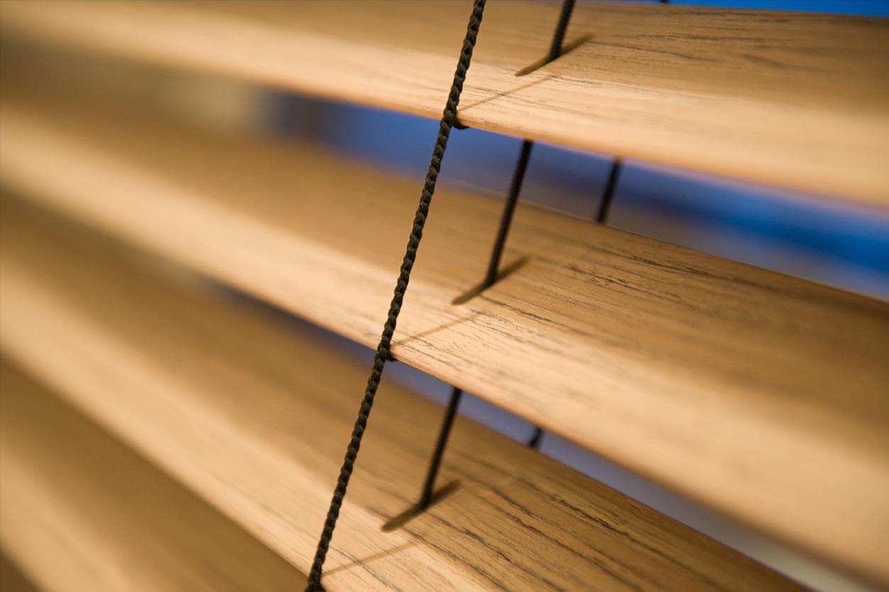 Dreyer Bad, Aqua Cultura Referenz, Dachbad, Waschtisch Holz, Holz im Bad, wohnliche Materialien, Holzjalousie, Jalousie aus Holz
