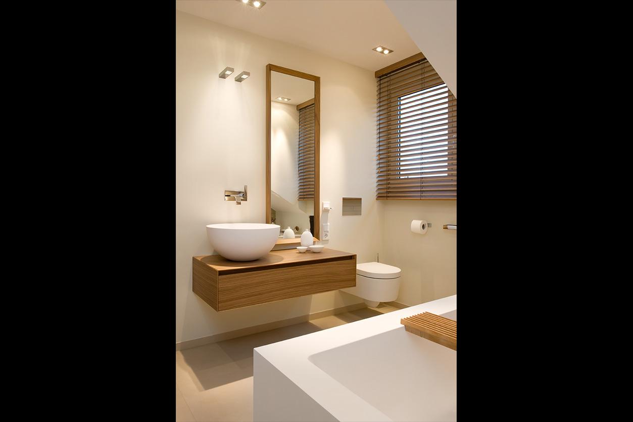 Dreyer Bad, Aqua Cultura Referenz, Dachbad, Waschtisch Holz, Holz im Bad, wohnliche Materialien, WC, Waschtisch