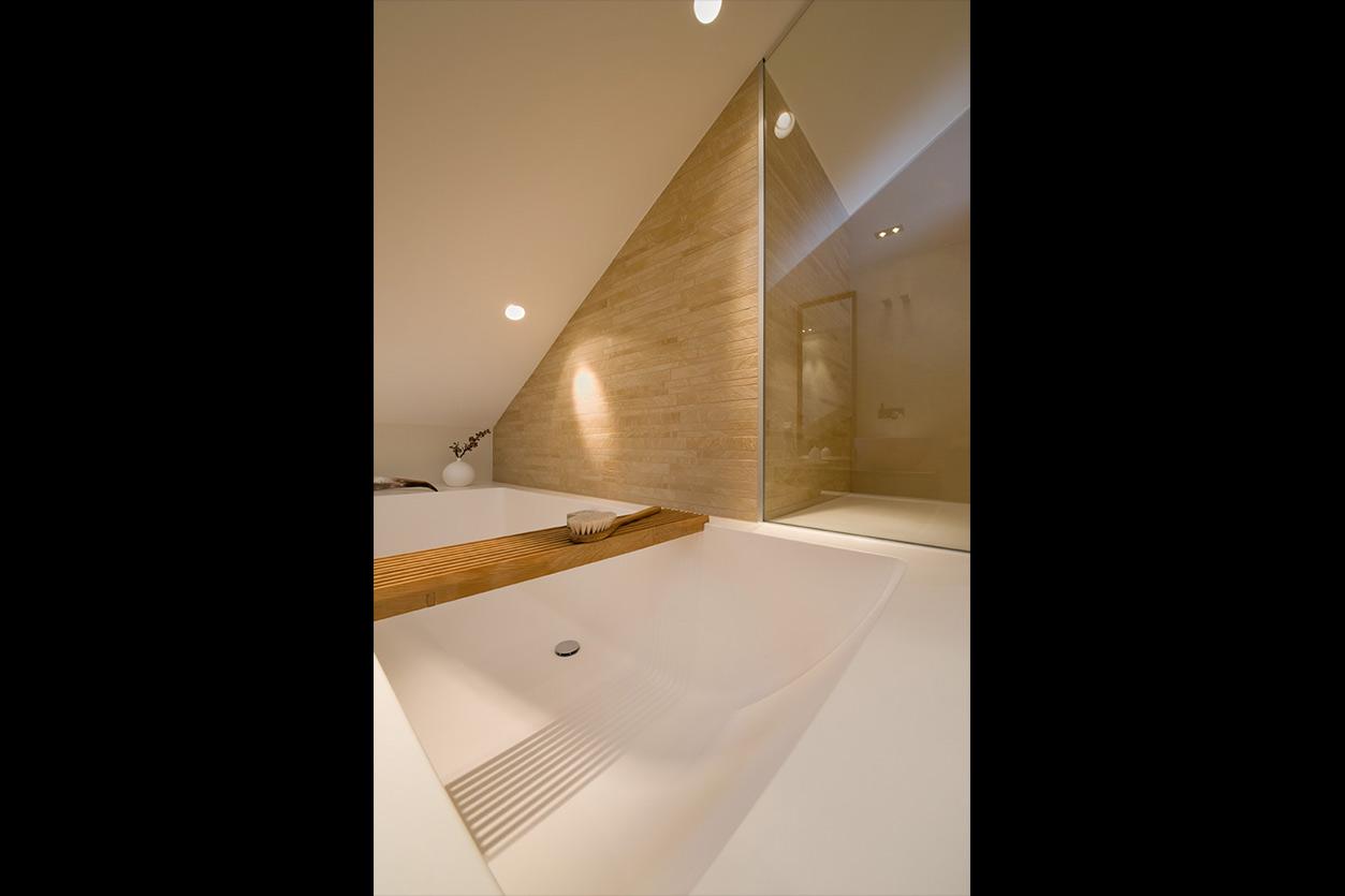 Dreyer Bad, Aqua Cultura Referenz, Dachbad, Waschtisch Holz, Holz im Bad, wohnliche Materialien, Wanne unter der Dachschräge