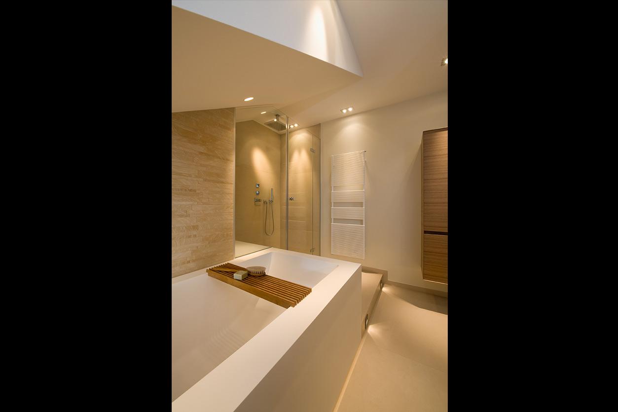 Dreyer Bad, Aqua Cultura Referenz, Dachbad, Waschtisch Holz, Holz im Bad, wohnliche Materialien, Podest und Dusche