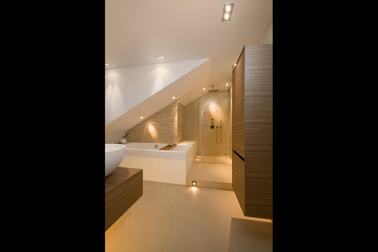 Dreyer Bad, Aqua Cultura Referenz, Dachbad, Waschtisch Holz, Holz im Bad, wohnliche Materialien, Dachschräge