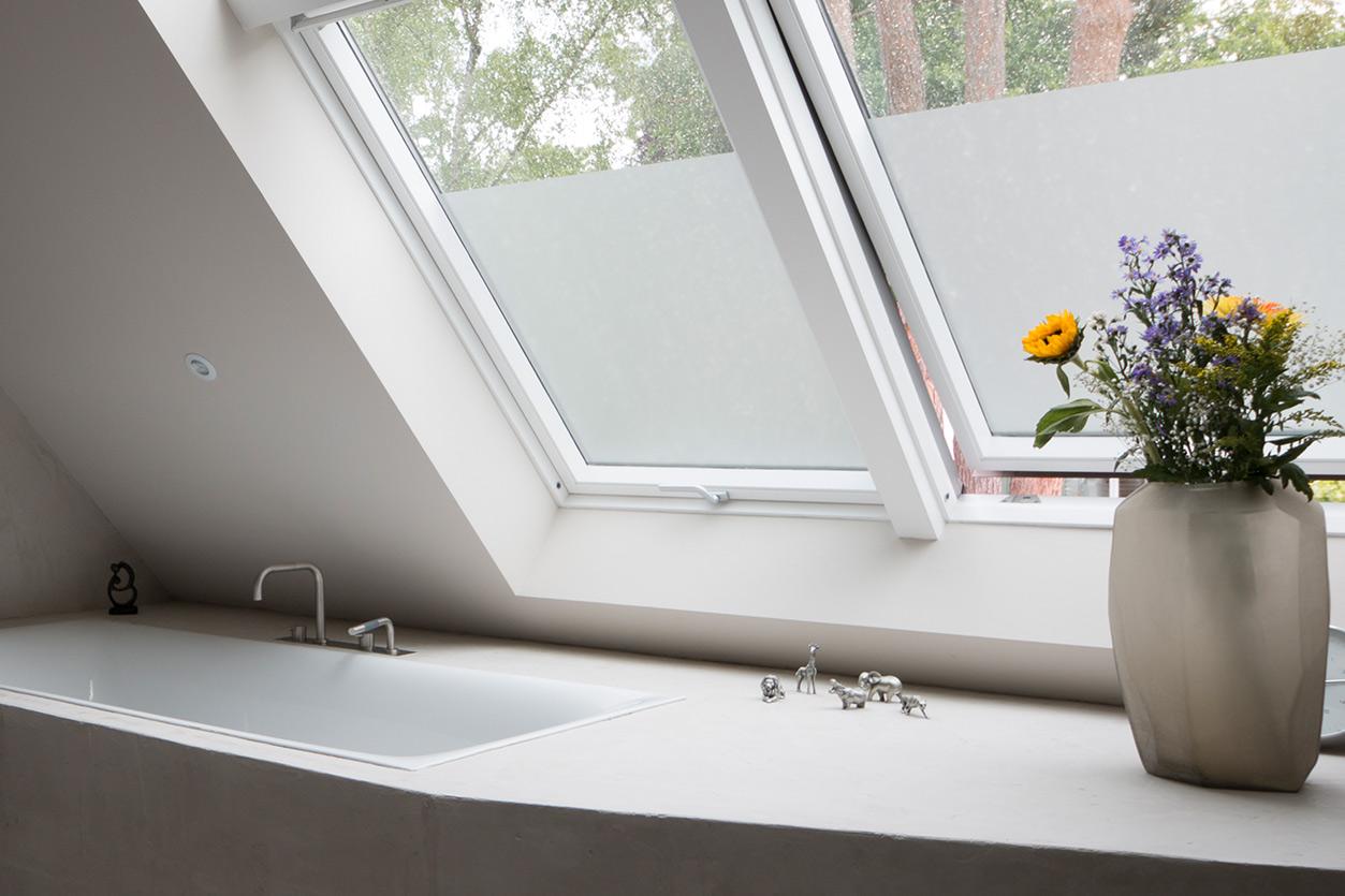 aqua-cultura-dachbad-goldmann-badewanne-dachfenster