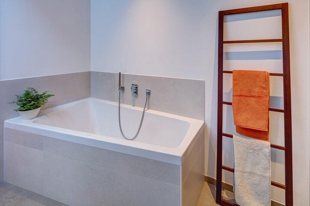 Koch Bad, Aqua Cultura Referenz, Dachbad, Dachschräge, begehbare Dusche und Badewanne