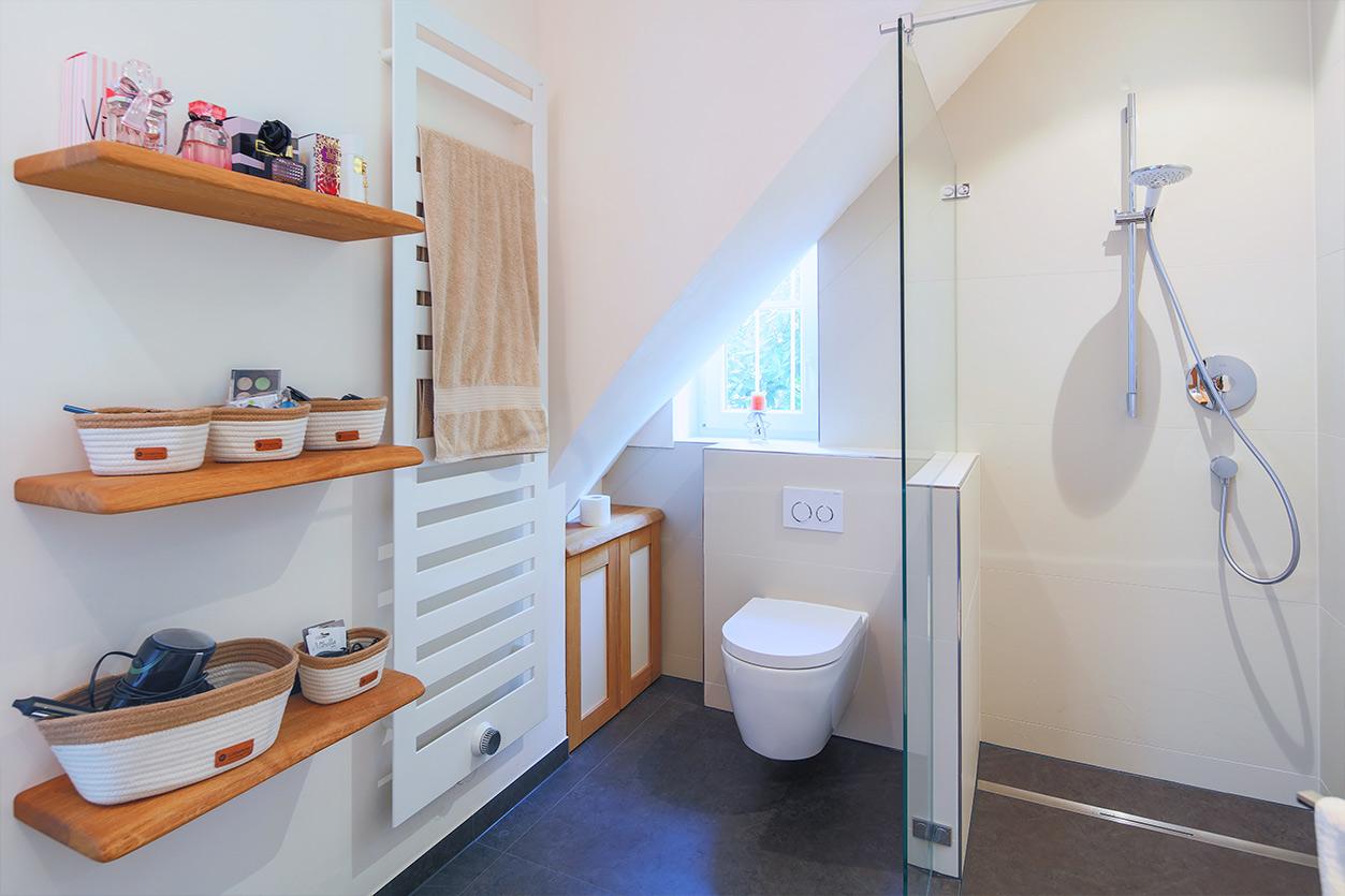 Koch Bad, Aqua Cultura Referenz, Dachbad, Dachschräge mit Stauraum, Holzwaschtisch