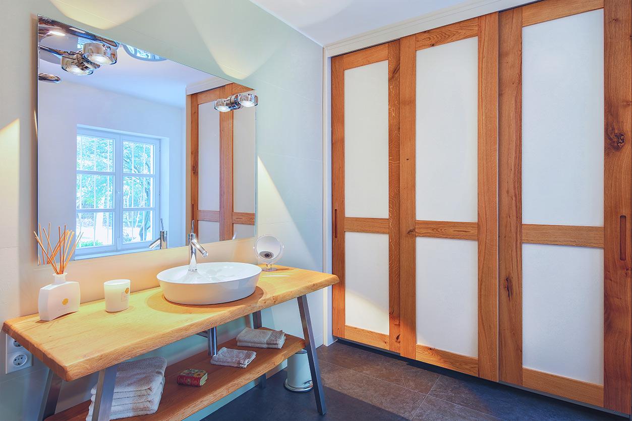 Koch Bad, Aqua Cultura Referenz, Dachbad, Dachschräge mit Stauraum, Holzwaschtisch, Bad mit Fenster