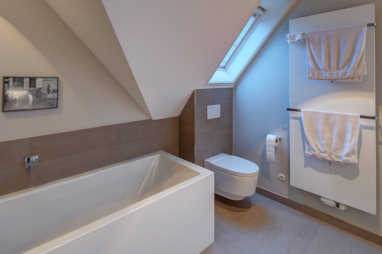 Koch Bad, Aqua Cultura Referenz, Dachbad, Dachschräge, Badewanne unter der Dachschräge