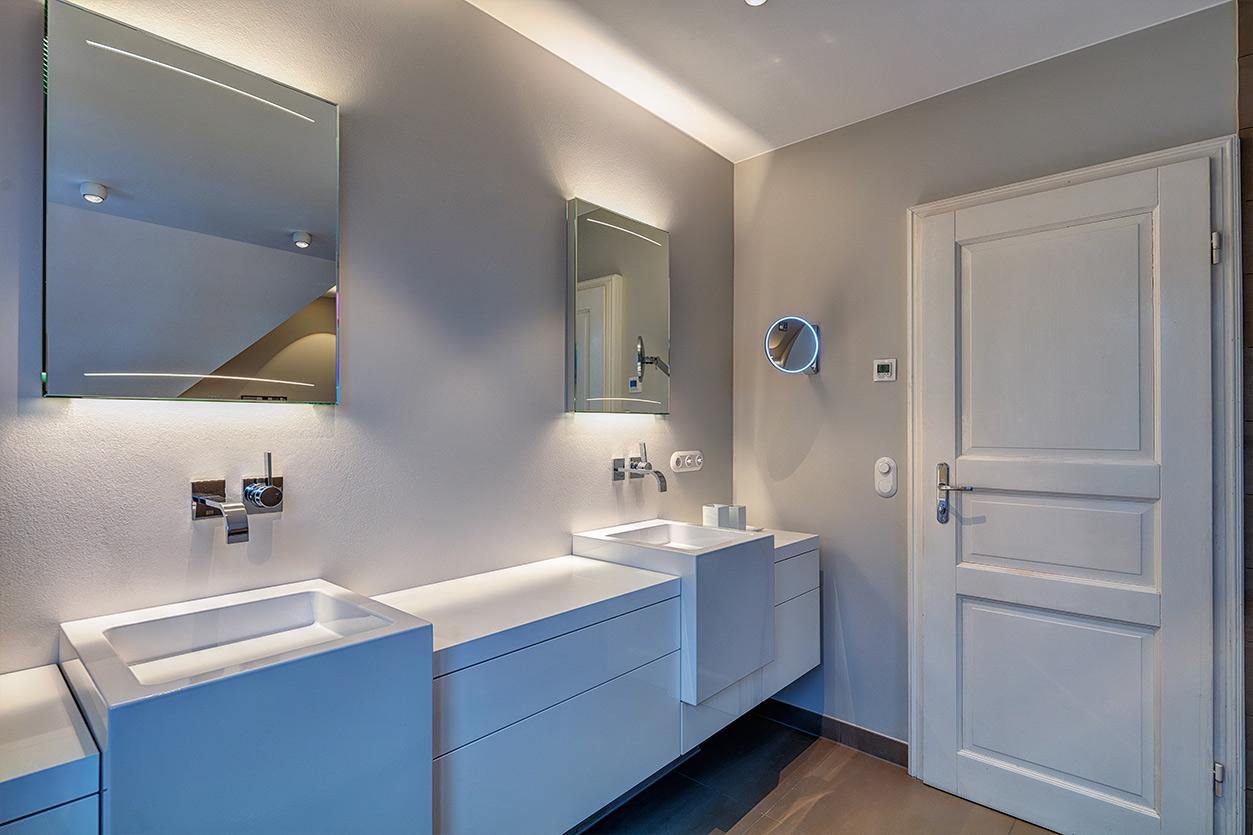 Koch Bad, Aqua Cultura Referenz, Dachbad, Dachschräge, Badewanne, Kosmetikspiegel