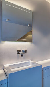 Koch Bad, Aqua Cultura Referenz, Dachbad, Dachschräge, Badewanne, Kosmetikspiegel, Waschtisch, Detail