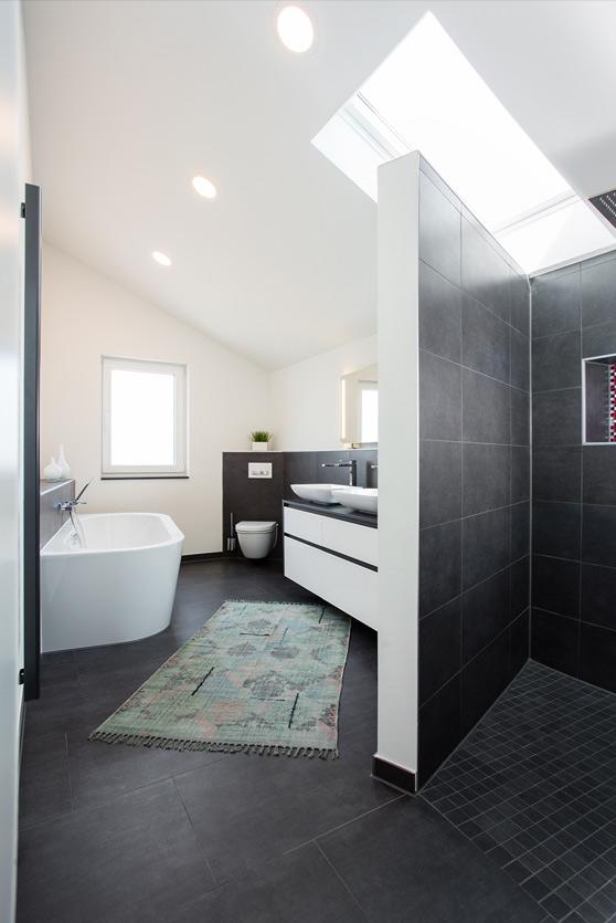 Musculus Bad, Aqua Cultura Referenz, Dachbad, mit Dachfenster, Traum in schwarz-weiß