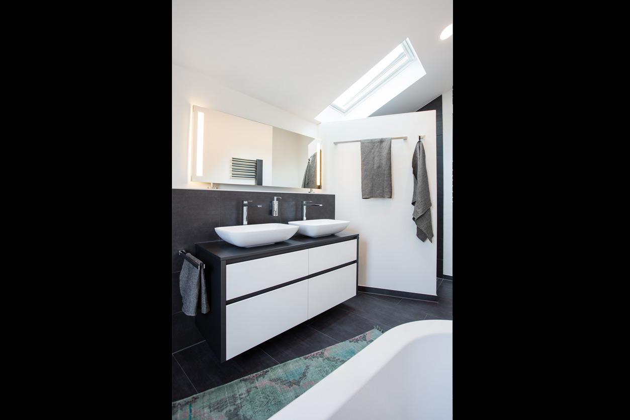 Musculus Bad, Aqua Cultura Referenz, Dachbad, schwarz-weiß; Dachschräge mit Oberlicht