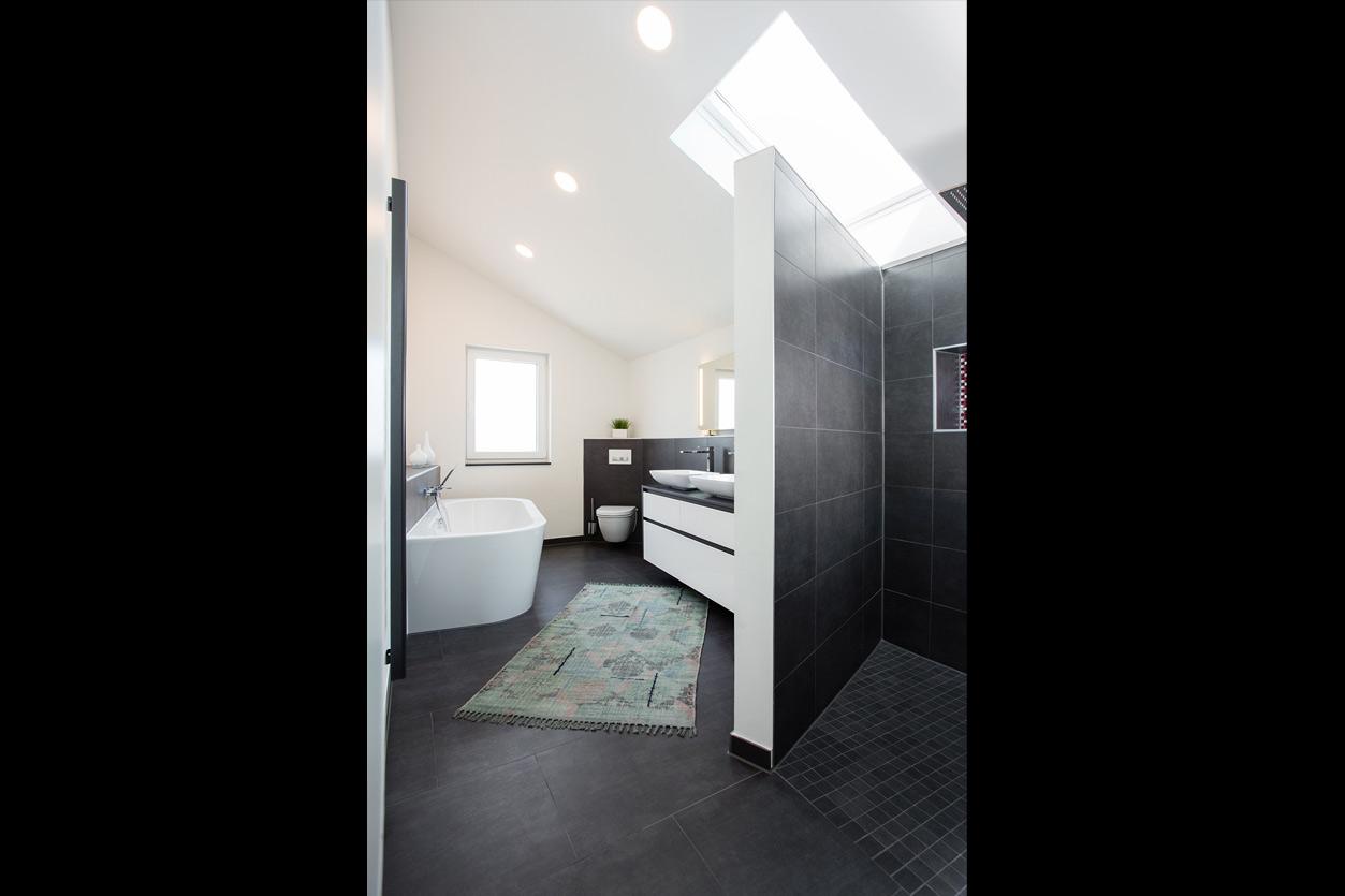 Musculus Bad, Aqua Cultura Referenz, Dachbad, schwarz-weiß, Dachschräge mit Oberlicht, Dusche