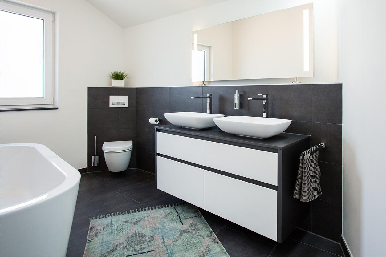 Musculus Bad, Aqua Cultura Referenz, Dachbad, schwarz-weiß, Dachschräge mit Oberlicht, Waschtisch