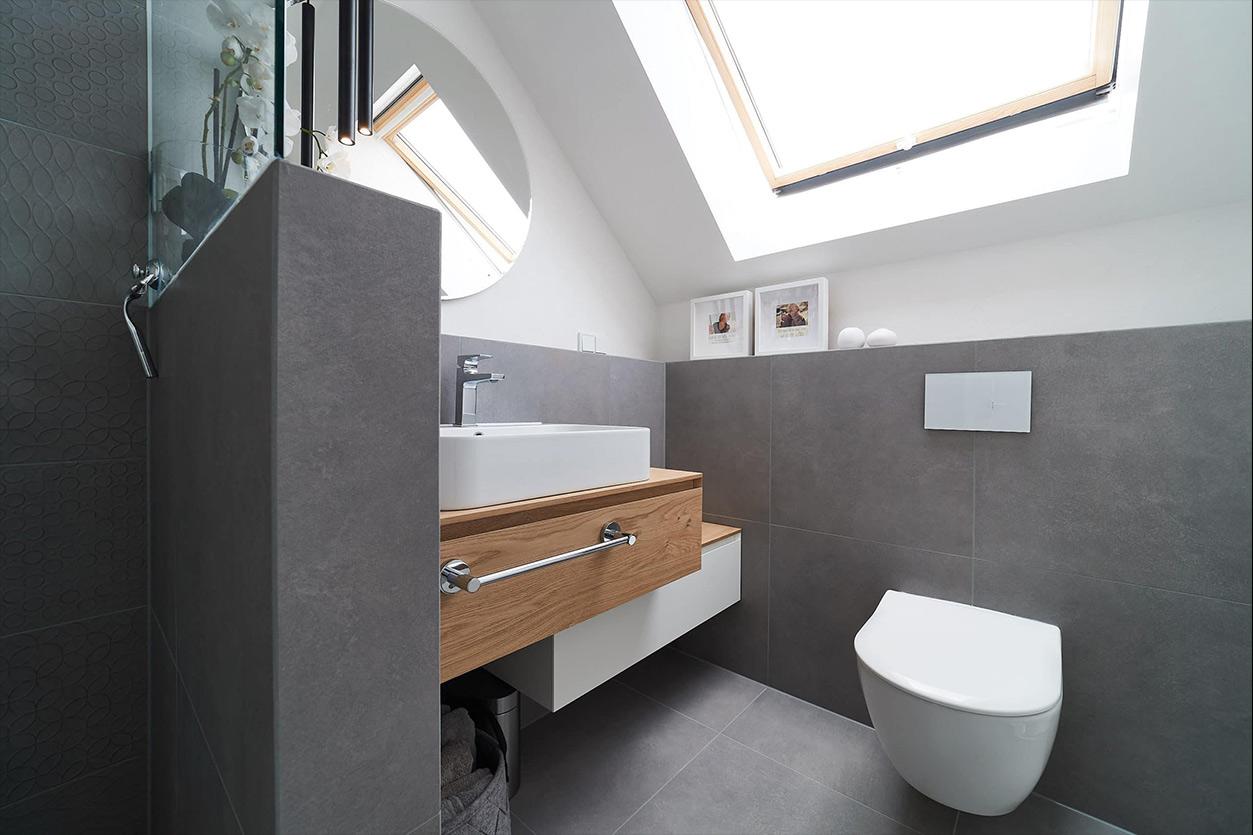 nes Tanke Bäderwerkstatt, Aqua Cultura Referenz, Dachbad, großformatige Fliesen, Waschtisch Holz, Holz im Bad,runder Spiegel