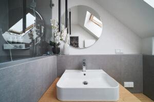 nes Tanke Bäderwerkstatt, Aqua Cultura Referenz, Dachbad, großformatige Fliesen, Waschtisch Holz, Holz im Bad, runder Spiegel
