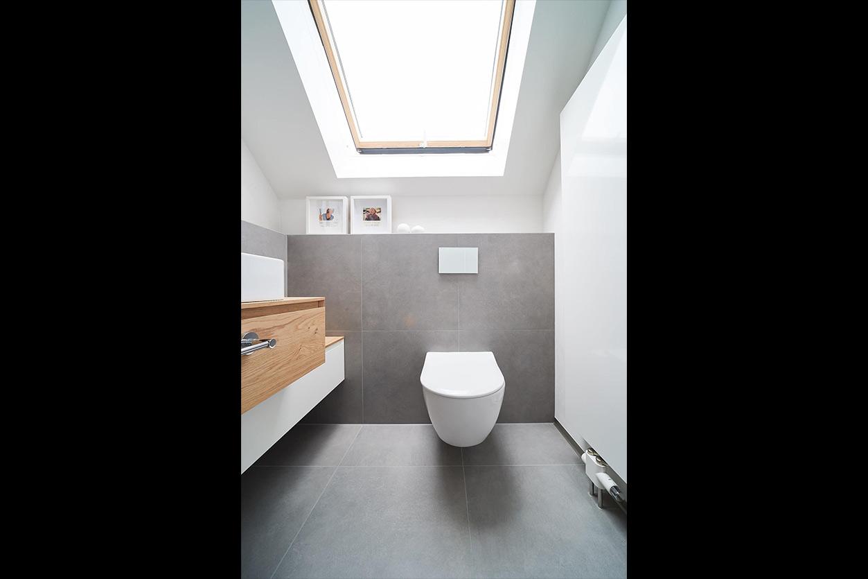 nes Tanke Bäderwerkstatt, Aqua Cultura Referenz, Dachbad, großformatige Fliesen, Waschtisch Holz, Holz im Bad, WC