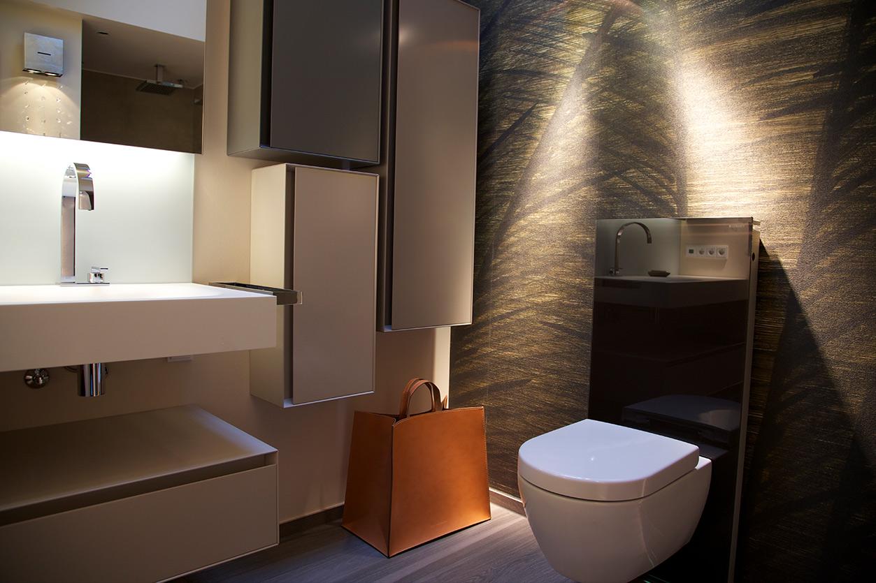 nes Tanke Bäderwerkstatt, Aqua Cultura Referenz, Dachbad, Tapete im Bad, WC, Lichtkonzept