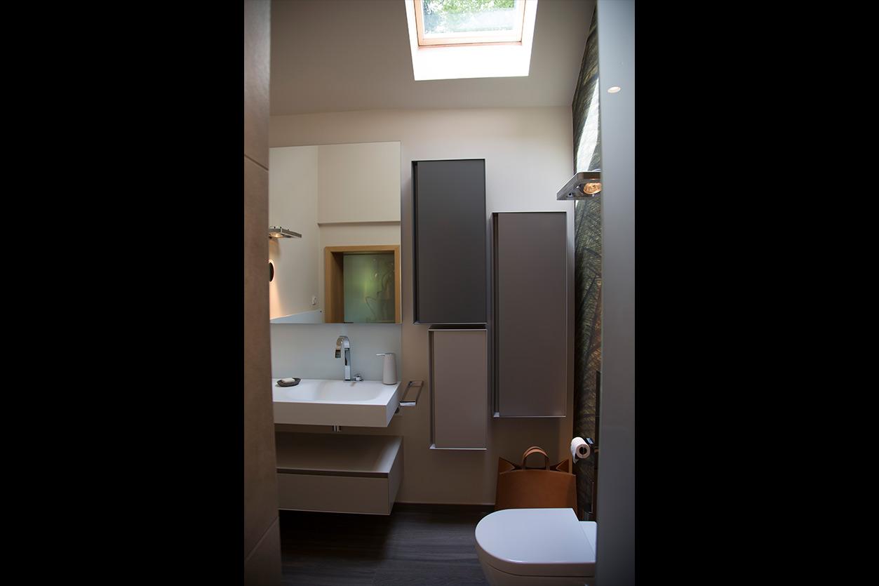 nes Tanke Bäderwerkstatt, Aqua Cultura Referenz, Dachbad, Tapete im Bad, WC, Oberlicht