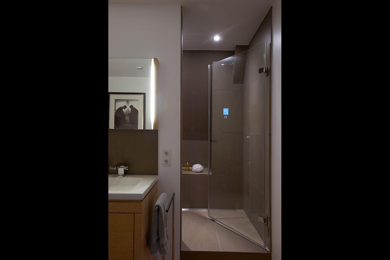 Wagner Bad, Aqua Cultura Referenz, Dachbad, Männerbad, Holz im Bad, separiertes WC, Multifunktionsdusche, Eingang Dusche