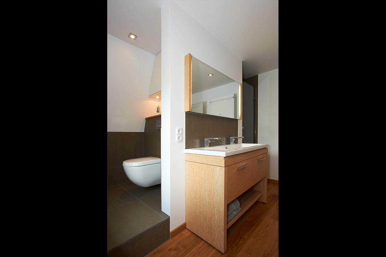 Wagner Bad, Aqua Cultura Referenz, Dachbad, Männerbad, Wanne mit Holz verkleidet, Holz im Bad, separiertes WC