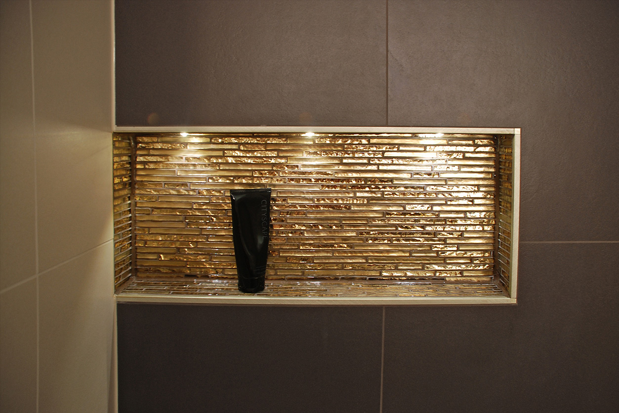 Wagner Bad, Aqua Cultura Referenz, Duschbad, Erdtöne, Nische in Gold