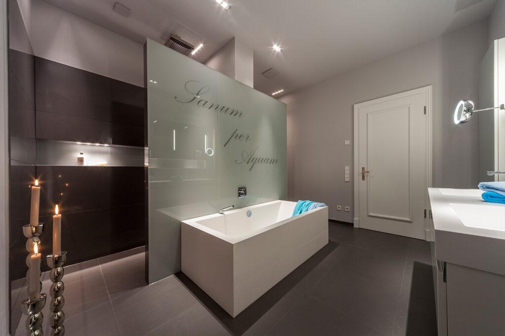 Boddenberg, Aqua Cultura Referenz, großes Bad, viel Stauraum, Waschtisch, Dusche mit Sitzbank, Badewanne