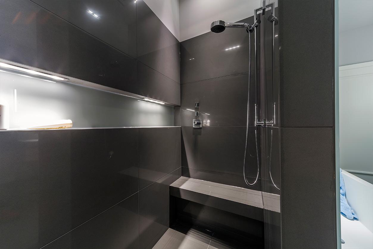 Boddenberg, Aqua Cultura Referenz, großes Bad, viel Stauraum, Waschtisch und Spiegel mt satiniertem Glas, Dusche mit Sitzbank