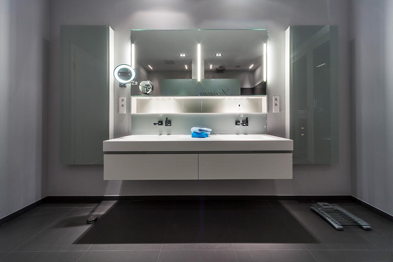 Boddenberg, Aqua Cultura Referenz, großes Bad, viel Stauraum, Waschtisch und Kosmetikspiegel mt satiniertem Glas