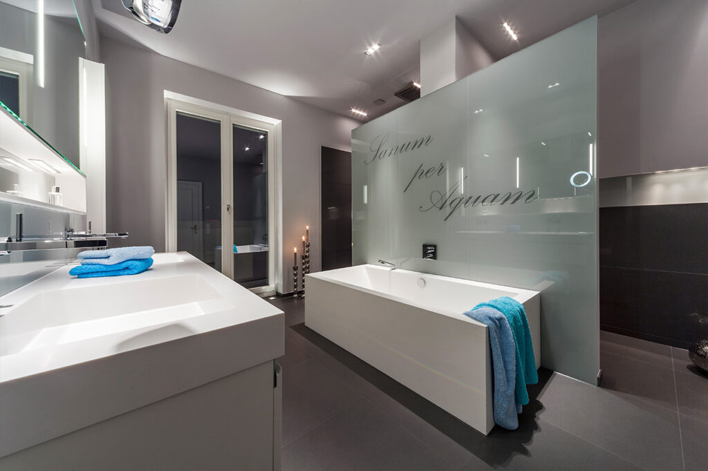 Boddenberg, Aqua Cultura Referenz, großes Bad, viel Stauraum, Waschtisch und Spiegel mt satiniertem Glas und Raumteiler