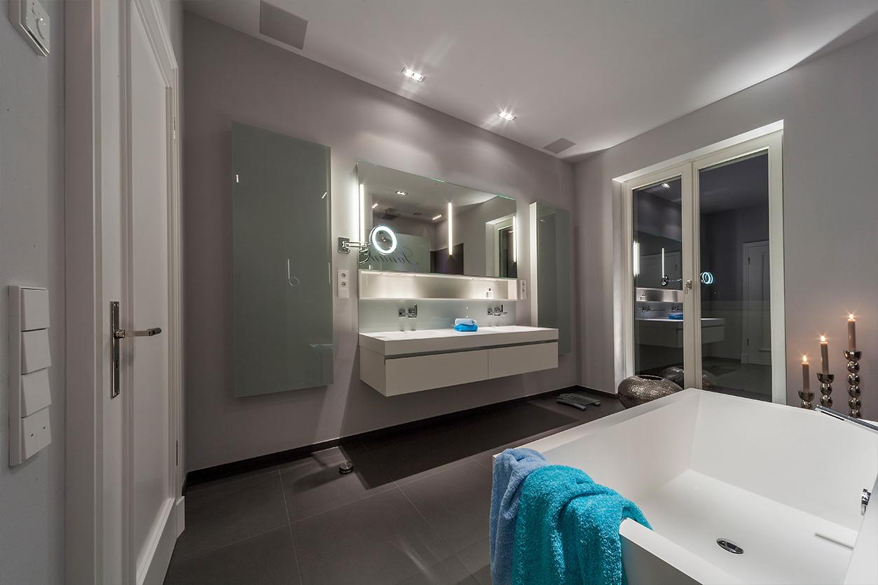 Boddenberg, Aqua Cultura Referenz, großes Bad, viel Stauraum, Waschtisch und Spiegel mt satiniertem Glas
