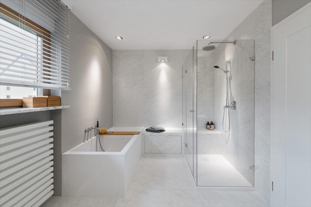Dreyer Bad, Aqua Cultura Referenz, großes Bad, Holz im Bad, Sitzgelegenheit im Bad, Glasdusche