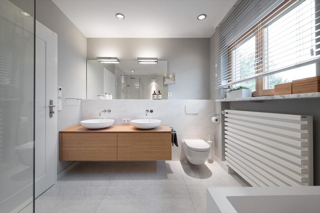 Dreyer Bad, Aqua Cultura Referenz, großes Bad, Holz im Bad, Waschtisch mit Holz