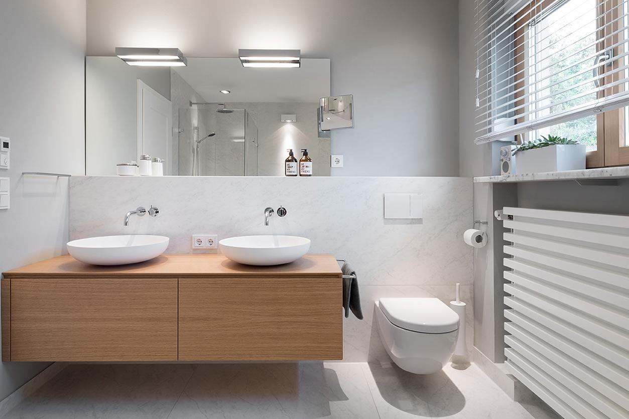 Dreyer Bad, Aqua Cultura Referenz, großes Bad, Holz im Bad, Sitzgelegenheit im Bad