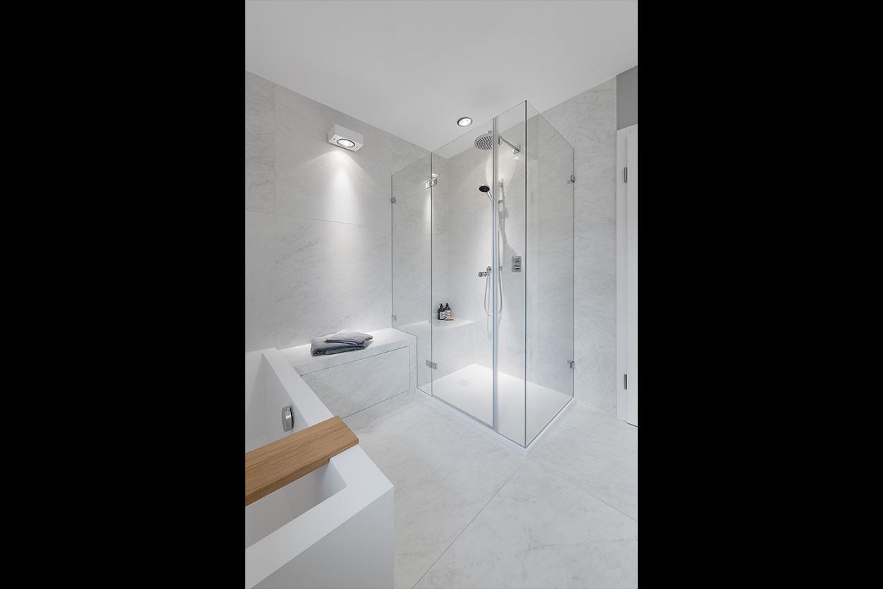 Dreyer Bad, Aqua Cultura Referenz, großes Bad, Holz im Bad, Sitzgelegenheit im Bad, Waschtisch aus Holz