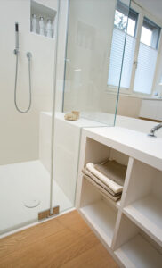 Dreyer Bad, Aqua Cultura Referenz, großes Bad, Wannenbad, Dusche, gute Ecklösung, Detail