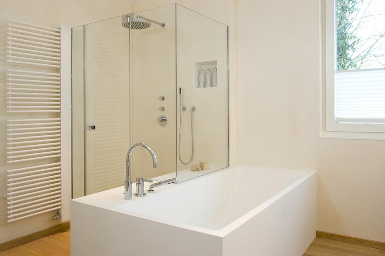 Dreyer Bad, Aqua Cultura Referenz, großes Bad, Wannenbad, Dusche in der Ecke, Glasdusche