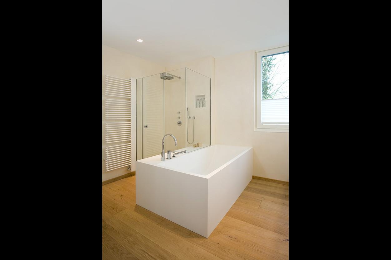 Dreyer Bad, Aqua Cultura Referenz, großes Bad, Wannenbad, Dusche in der Ecke, gute Ecklösung
