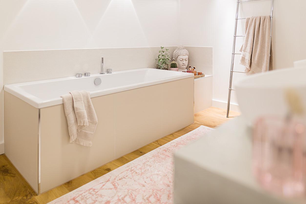 Musculus Bad, Aqua Cultura Referenz, großrs Bad, wohnliches Bad, Holz im Bad, Waschtisch, Wanne, Mosaik