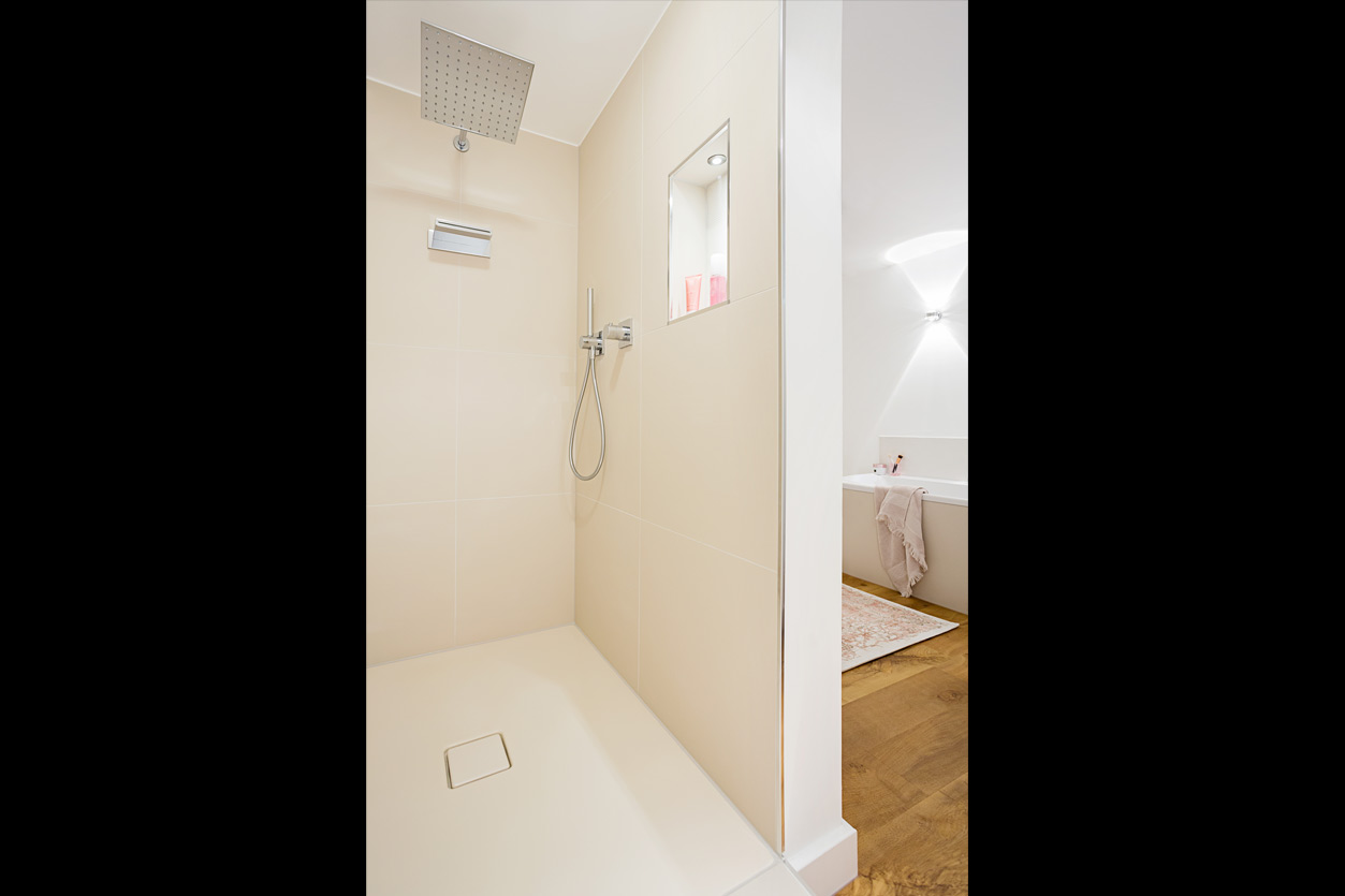 Musculus Bad, Aqua Cultura Referenz, großrs Bad, wohnliches Bad, Holz im Bad, Dusche