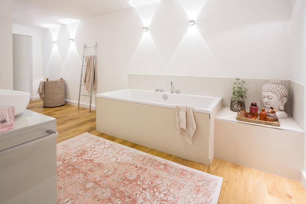 Musculus Bad, Aqua Cultura Referenz, großrs Bad, wohnliches Bad, Holz im Bad, Waschtisch, Wanne, Holzfliese