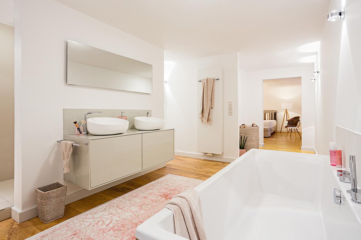 Musculus Bad, Aqua Cultura Referenz, großrs Bad, wohnliches Bad, Holz im Bad, Waschtisch, Wanne, Zugang zum Schlafzimmer
