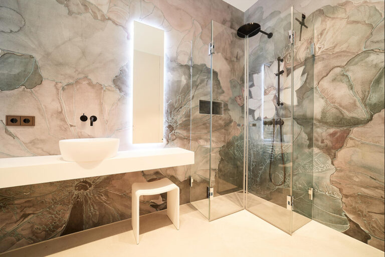 nes Tanke Bäderwerkstatt, Aqua Cultura Referenz, großes Bad mit floraler Wandtapete Lotusblüte, Waschtisch, Glasdusche