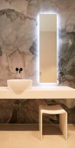 nes Tanke Bäderwerkstatt, Aqua Cultura Referenz, großes Bad mit floraler Wandtapete, Waschtisch, Spiegel