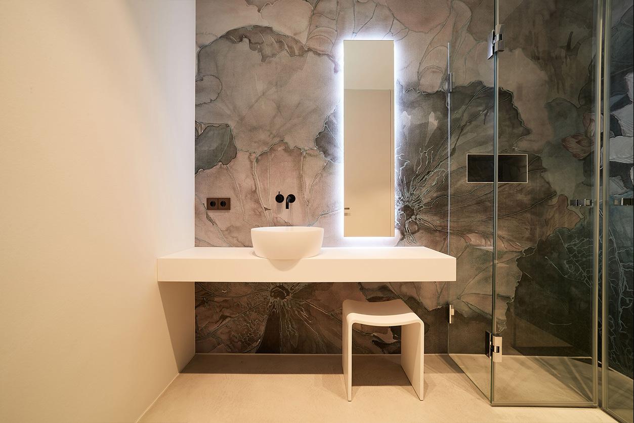 nes Tanke Bäderwerkstatt, Aqua Cultura Referenz, großes Bad mit floraler Wandtapete, Armatur und Waschtisch, Spiegel, Detail, Glasdusche